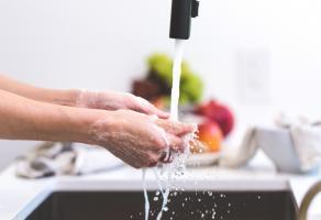 Persoon wast handen